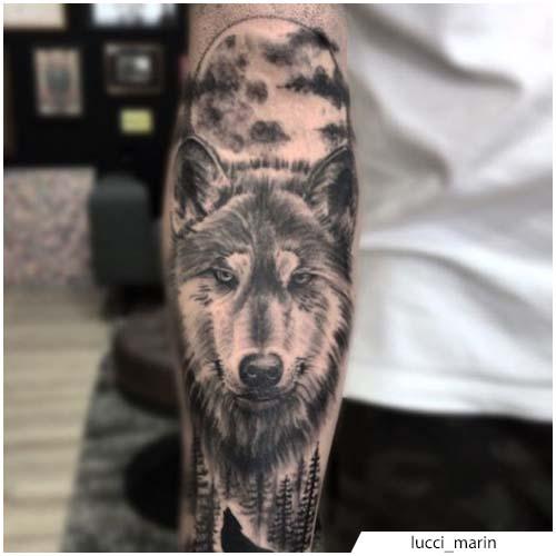 tatuaje de lobo con luna