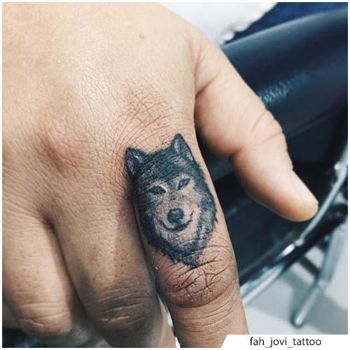 pequeño tatuaje de lobo