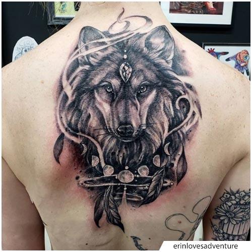 tatuaggio lupo piuma