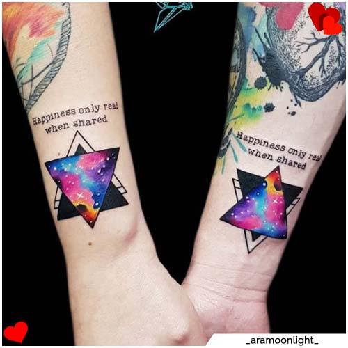 pareja tatuajes sujetos iguales