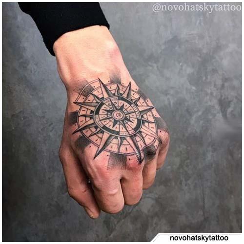 tattoo bussola figurativo mano