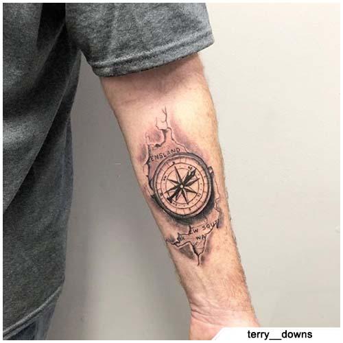 tattoo bussola avambraccio bianco e nero