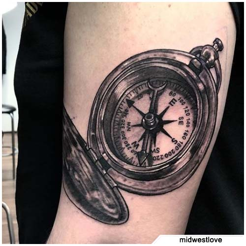 tatuaje brújula semi realista del brazo