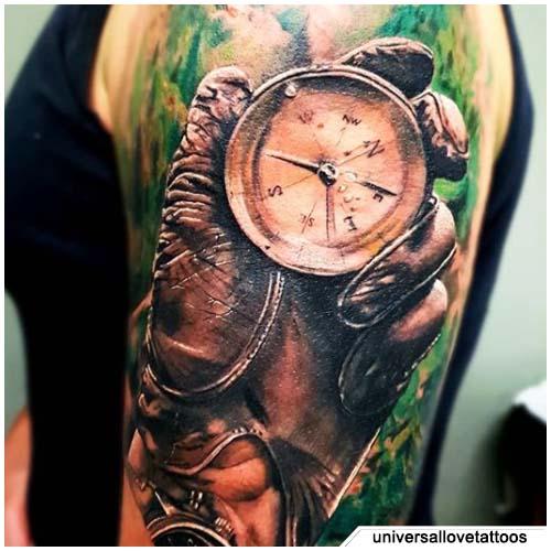 tatuaje de brújula hiperrealista con guante