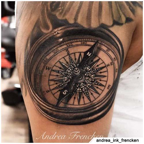 tattoo bussola realistico spalla