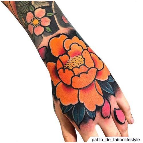 tatuaggio peonia mano