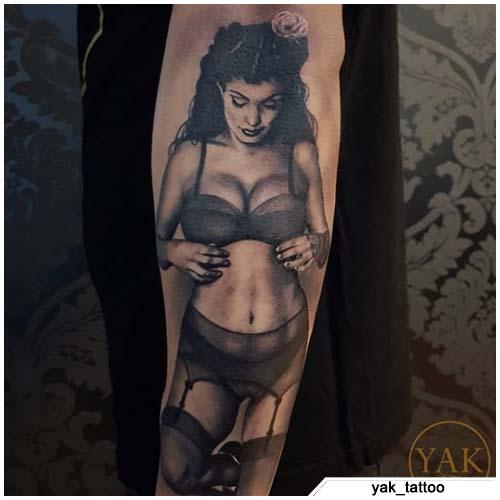 tatuaggio pin up realistico bianco e nero