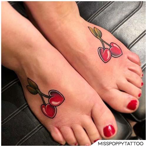 tatuaggio ciliegie piedi