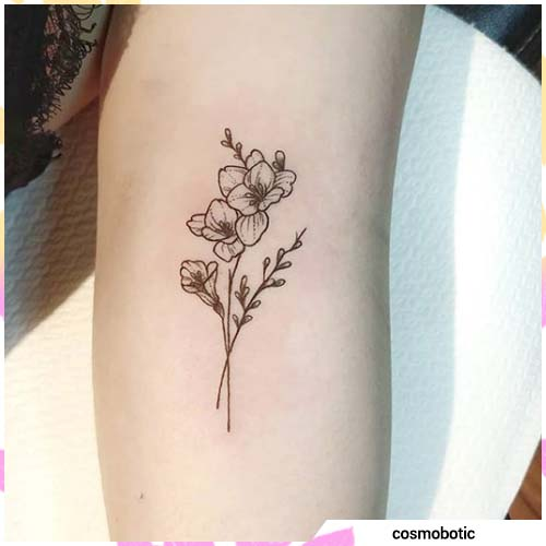 pequeñas orquídeas en el brazo