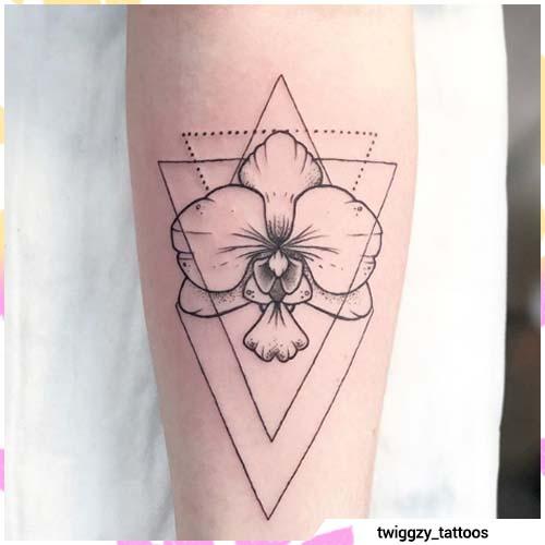tatuaje de orquídea triángulos geométricos