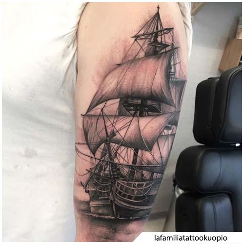 tatuaggio veliero semi realistico