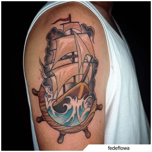 tatuaggio veliero con timone