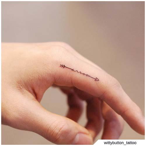 tatuaggio freccia dito
