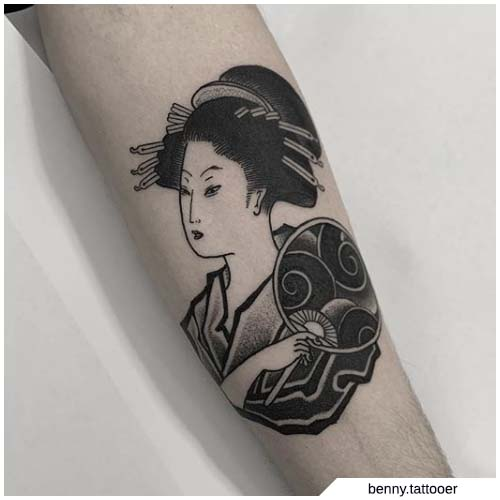 tatuaje tradicional de geisha en blanco y negro