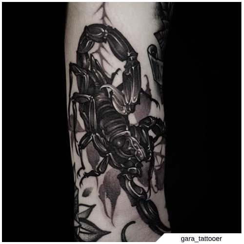 Tatuaje de escorpión blackwork realista
