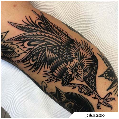 tatuaje de gallo blackwork tradicional