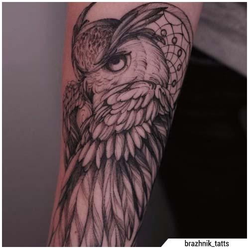 Tatuaje realista de búho de blackwork