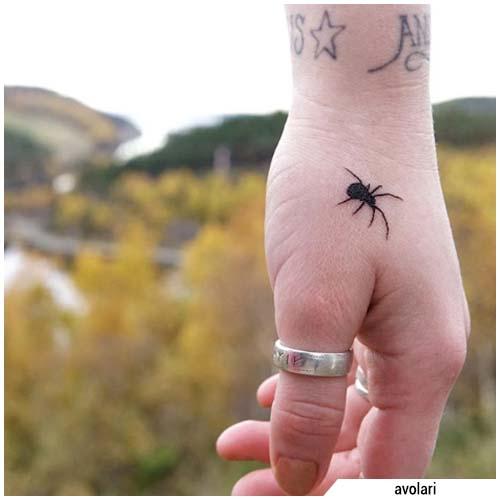 tatuaje de araña pequeña