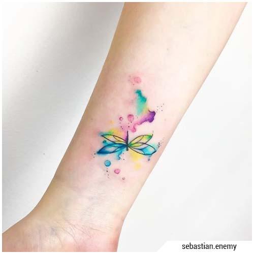 pequeña acuarela de tatuaje de libélula