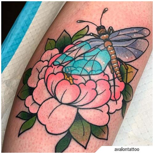 tatuaje libélula newschool flor