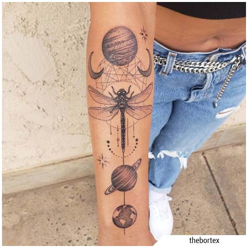 tatuaggio libellula pianeti