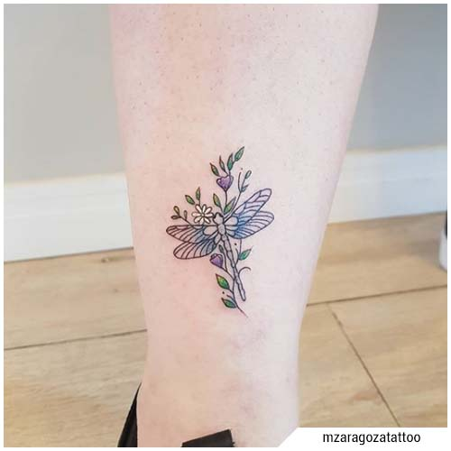 tatuaggio libellula piccolo fiori