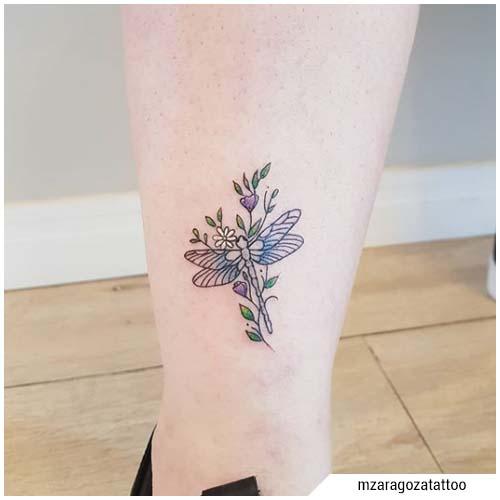 tatuaje de libélula de flores pequeñas