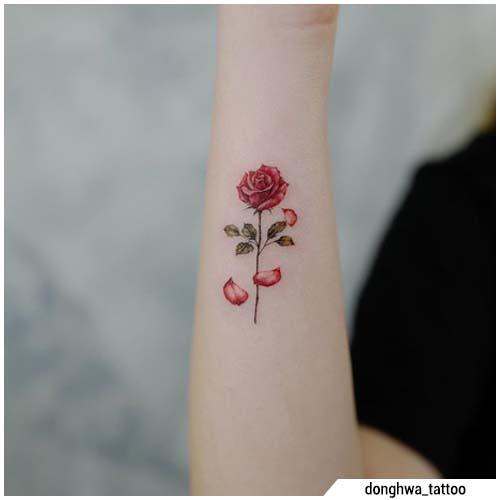 tatuaggi piccoli rosa rossa