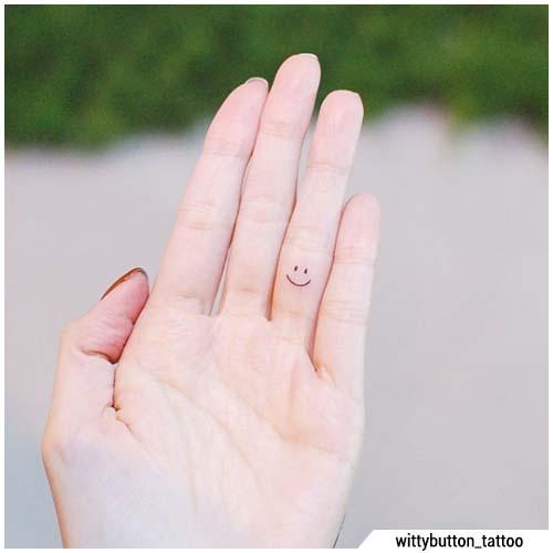 pequeña sonrisa tatuajes en los dedos