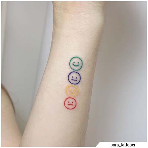 pequeños tatuajes de sonrisa de color