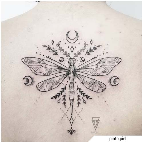 tatuaje de libélula luna