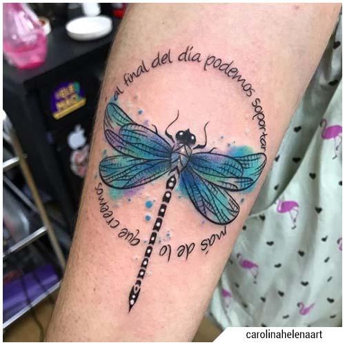 Tatuaje de libélula acuarela