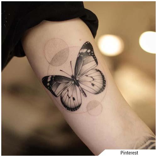 tatuajes de mujer mariposa en blanco y negro
