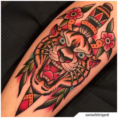 tatuaggi uomo tigre pugnale